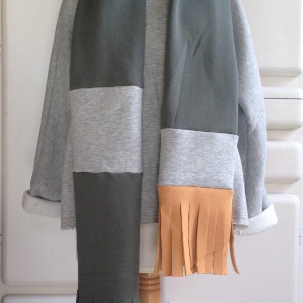 super lange sjaal in olijf, grijs en oker tinten.