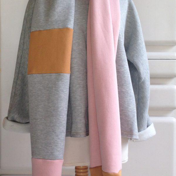 Zacht roze sjaal met een beetje oker en grijs. Stoer en vrouwelijk tegelijk.