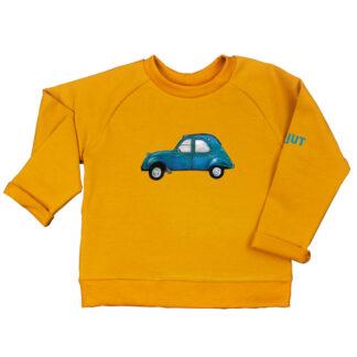 Oker sweater 2CV van biologisch GOTS katoen voor kinderen. De illustratie is van atelier Pjut in Leeuwarden