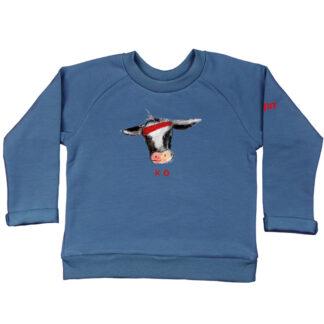 Blauwe sweater met koetje van GOTS gecertificeerd biologisch katoen. Gemaakt in eigen atelier voor peuters en kleuters
