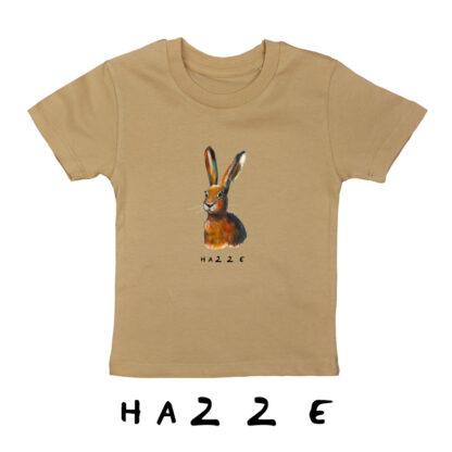 Beige T-shirt met haas van biologisch katoen en een opdruk van een haas. de illustratie is van Inge Adema van atelier Pjut in Leeuwarden