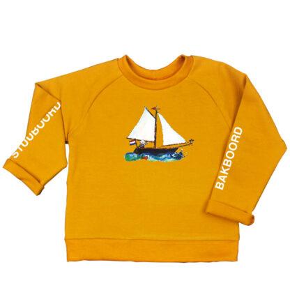 Oker sweater zeilbootje voor jongens en meisjes. Van biologisch katoen en een illustratie van atelier Pjut