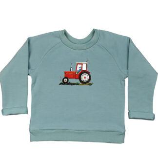 Zeegroene sweater met rode tractor voor jongen of meisje. gemaakt van biologisch katoen en de illustratie is van Inge Adema van atelier Pjut