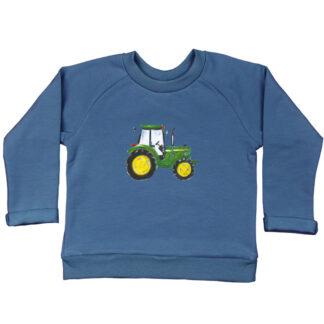 Blauwe sweater met John Deere van GOTS gecertificeerd biologisch katoen. Verkrijgbaar in de maten 86/92, 98/104, 110/116 en 122/128