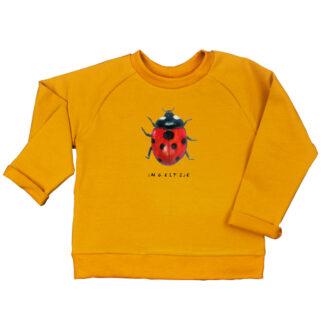 Oker sweater met lieveheersbeestje. Voor kleuters en peuters. Gemaakt van GOTS gecertificeerd katoen.